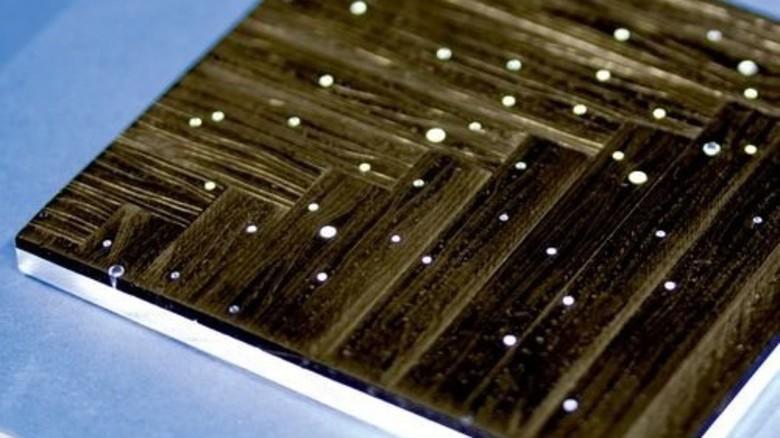 Karbonparkett: Holzoptik, die mit Fäden aus Plexiglas durchzogen ist. Foto: RWTH Aachen