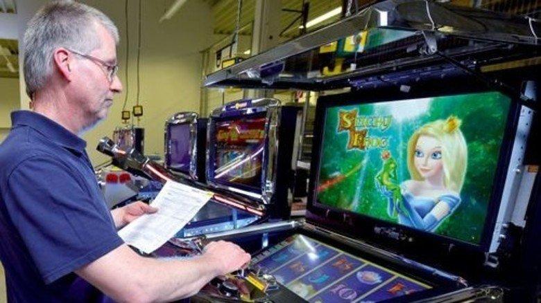 Scharfes Auge: Volker Warschefske testet die fertigen Spielgeräte. Foto: Augustin