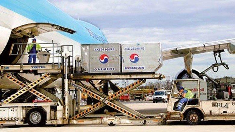 Rein in den Rumpf: Eine Frachtmaschine von Korean Airlines wird beladen. Foto: Fraport