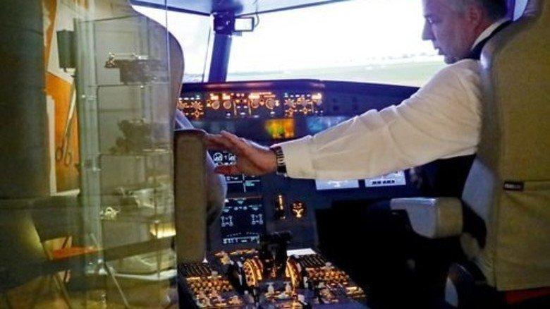 """Im Cockpit des Airbus-Simulators: Wenn der Lotse sein """"Go"""" gibt, kann der Pilot starten – aber nur virtuell. Foto: Higo"""