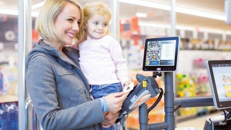 Hände frei für Wichtigeres: Kontaktloses Zahlen an der Kasse im Supermarkt. Foto: Lidl