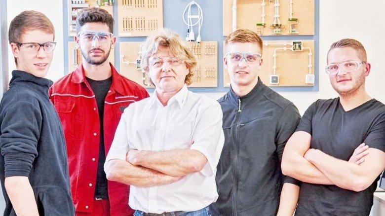 Will Charakterköpfe: Ausbilder Christoph Drissler (Mitte) mit Lehrlingen in der Werkstatt. Foto: Wildhirt