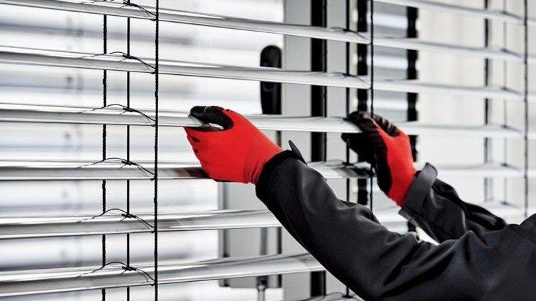 Handarbeit: Metall-Lamellen für die Raffstores werden mit Schnüren verknüpft. Foto: Werk