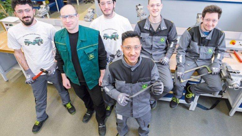 Ein Team: John-Deere-Ausbilder Peter Weinsheimer (Zweiter von links) mit seinen fünf Praktikanten. Foto: Mierendorf