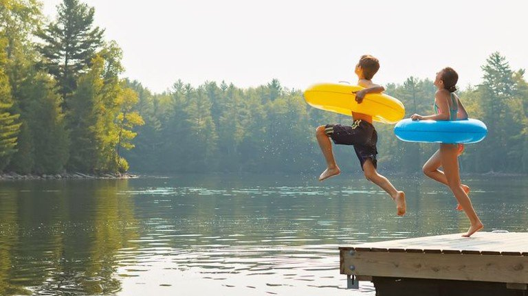 Sprung ins kühle Nass: Im Sommer ein besonderes Highlight. Foto: Plainpicture
