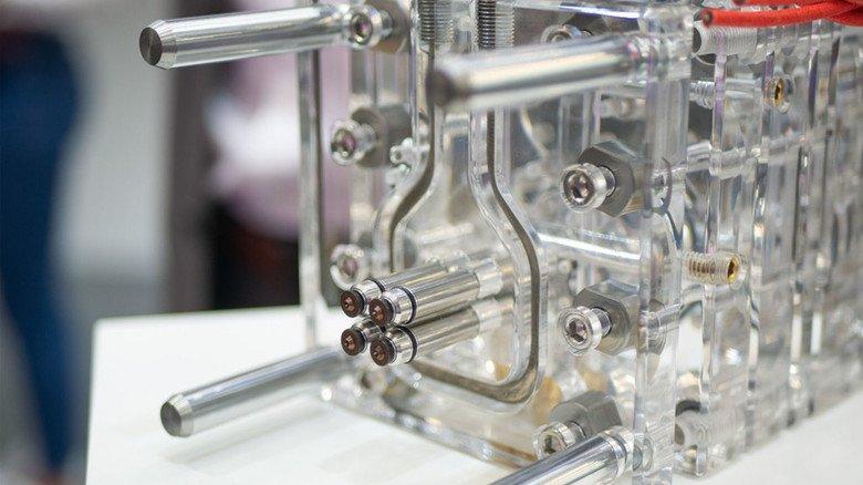 Messeexponat: Im transparenten Acrylblock sind die einzelnen Komponenten des Vierfach-Kaltkanalsystems von Günther Heisskanal in Frankenverg leicht zu erkennen.