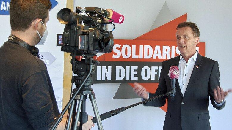 Fernsehinterview: Die Medien hatten großes Interesse am Tarifabschluss. Im Bild Jörg Köhlinger von der IG Metall.