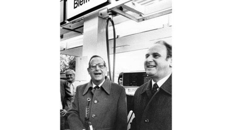 1983: In München geht die erste Zapfsäule für bleifreies Benzin in Betrieb – Voraussetzung für den Kat. Foto: dpa