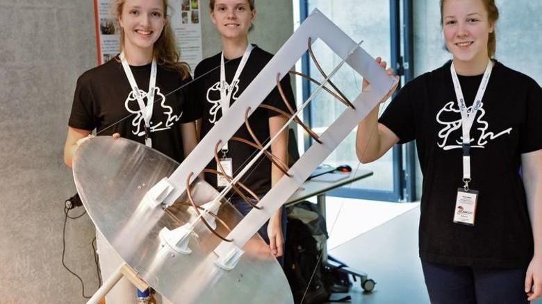 """Stolze Siegerinnen: Die """"URSinvestigators"""", hier mit ihrer selbst gebauten  Antenne für den Datenaustausch mit dem Satelliten, dürfen zum europäischen CanSat-Wettbewerb der ESA reisen. Foto: Bahlo"""