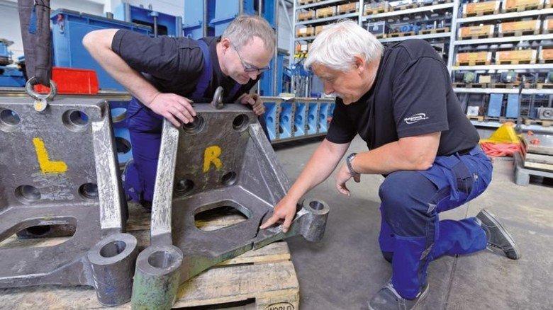 Überlastet: Ein gerissenes Bauteil aus Gusseisen wird von Gert Binder (links) und Karl-Heinz Jabs untersucht. Foto: Augustin