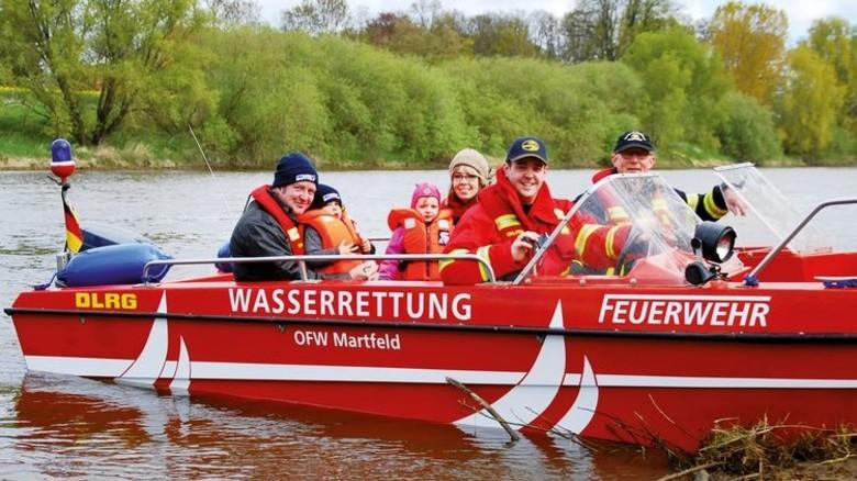 Finanziert von ProCent-Spenden: Die DLRG-Ortsgruppe Bruchhausen-Vilsen und die Ortsfeuerwehr Martfeld wurden bei der Ausstattung einer Wasserrettungseinheit auf Weser und Aller unterstützt. Foto: Daimler