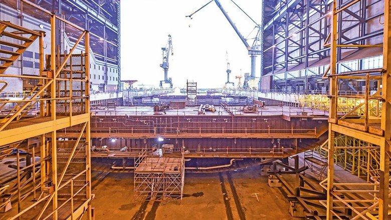 Blick ins Dock: Die große Halle, in der die Module zusammengesetzt werden, ist vorne offen. Foto: Christian Augustin