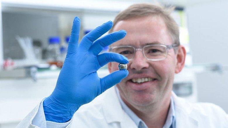 Wertvoller Rohstoff: Klaus Opwis zeigt eine Kugel aus Palladium, das er mit dem Adsorber-Textil aufgefangen hat.