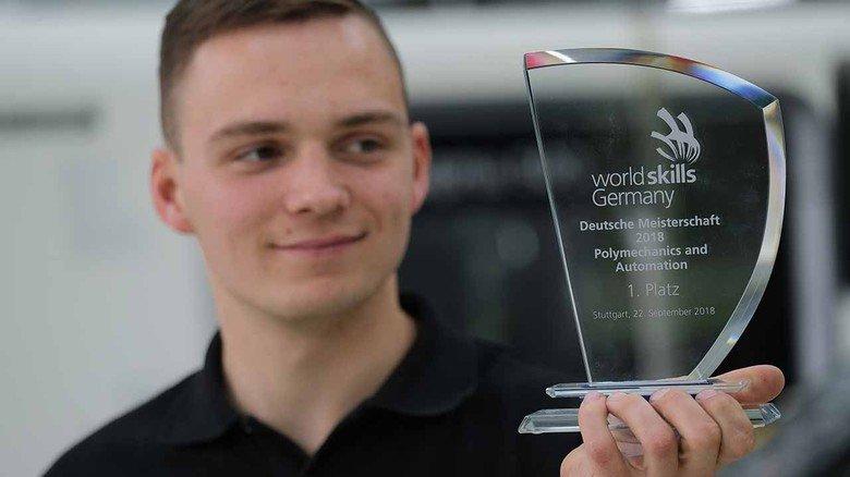 Deutscher Meister ist er schon: Der junge Industriemechaniker mit seiner WorldSkills-Trophäe.