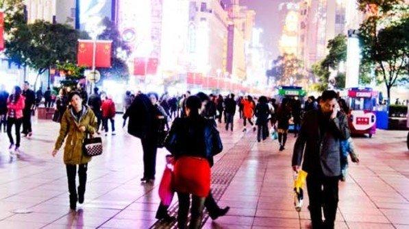 Konsum: Schanghais grelle Einkaufsmeile Nanjing Road wird von Luxus-Boutiquen dominiert. Foto: Roth