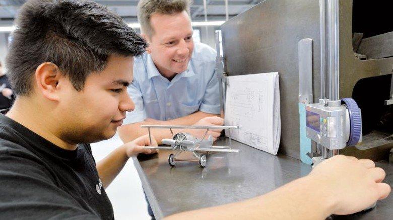 Zufrieden: Airbus-Ausbilder Frank Tunkowski mit seinem jungen Schützling Kenny Fest (links), der künftig als Fluggerätmechaniker arbeiten will. Foto: Bahlo