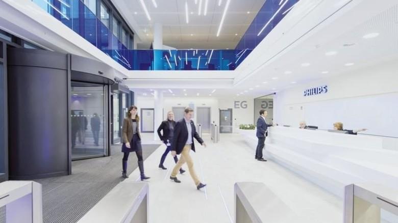 Hell und einladend: Der Eingangsbereich der neuen Philips-Zentrale, die Ende 2015 eingeweiht wurde. Foto: Philips/Frank von Wieding