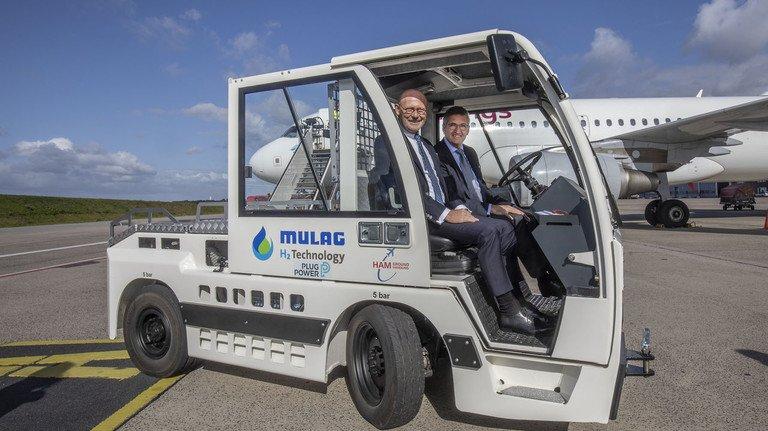 Wasserstoff-Fahrzeug am  Flughafen Hamburg: Wirtschaftssenator Michael Westhagemann (links) mit Airport-Chef    Michael Eggenschwiler.