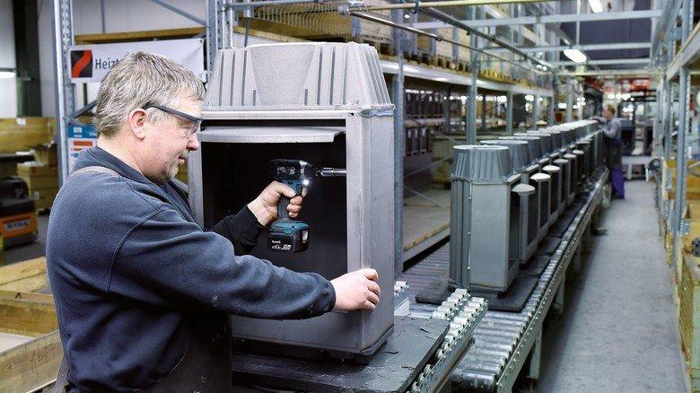 Montage: Ludwig Thamling, seit 1984 bei Leda, setzt die einzelnen Teile zu einem kompletten Ofen zusammen.
