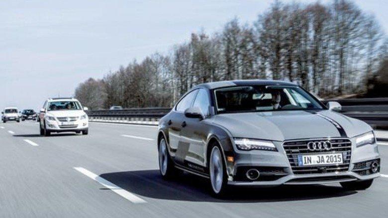 Im Testbetrieb: Ein eigenständig fahrender Audi A7 auf der Autobahn A 9. Foto: Audi
