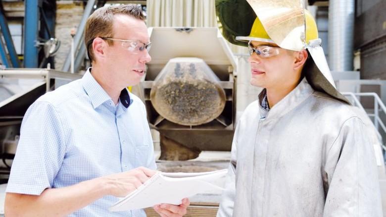 Produktion von kristallinen Werkstoffen: Fertigungsleiter Arnd Zettler (links) und Verfahrensmechaniker Ilcan Schmidt. Foto: Scheffler