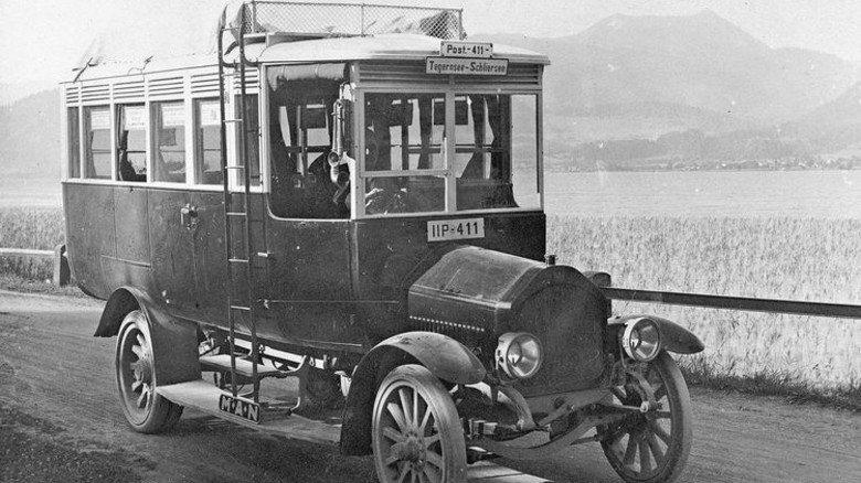 Industrie vor 100 Jahren: In Bayern waren vor allem Augsburg und Nürnberg stark, mit Unternehmen wie MAN. Hier im Bild ein MAN-Überlandbus anno 1921. Foto: MAN Truck & Bus Historisches Archiv