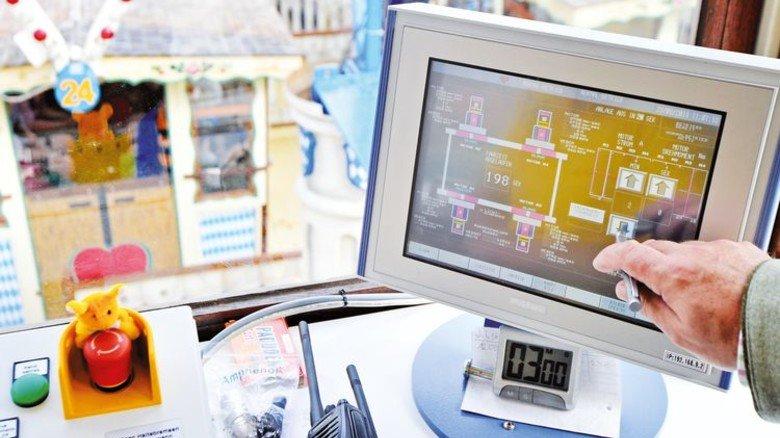 Steuerpult: Am Monitor in der Kabine hat der Bediener mit der Siemens-Software alles im Blick. Hier zum Beispiel die Fahrt der 40 Gondeln des Oktoberfest-Riesenrads. Foto: Siemens