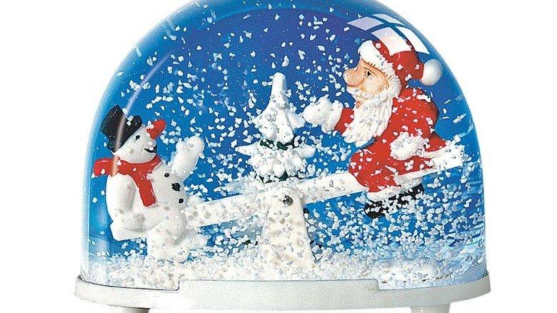 Weihnachtliches Glas: Schneekugel aus Neugablonz. Foto: Walter & Prediger
