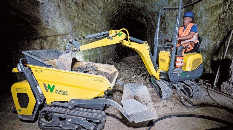 E-Antrieb: Baumaschinen und Bediener bei der Arbeit auf engstem Raum.