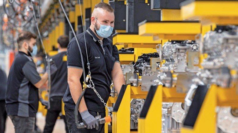 Arbeiten mit Schutzvorkehrungen: Das ist der neue Alltag, wie hier im Mercedes-Benz-Werk in Untertürkheim.