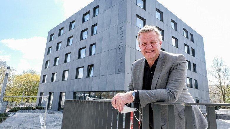 Außenansicht: Geschäftsführer Detlef Braun vor dem neuen Gästehaus.