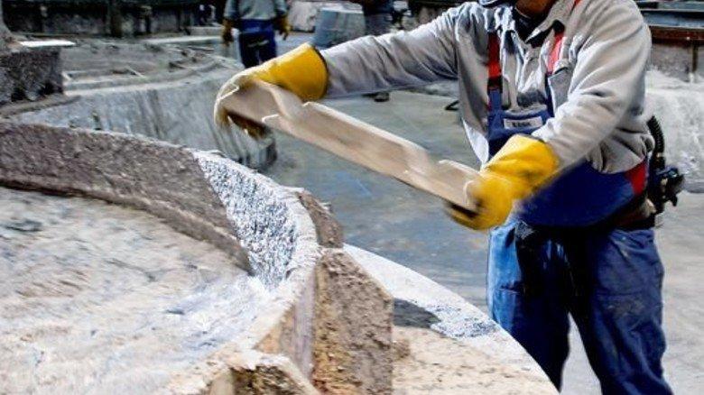 Raffination: Bayram Ertürk gibt Magnesium und Kalzium zu – zum Trennen der Metalle. Foto: Moll