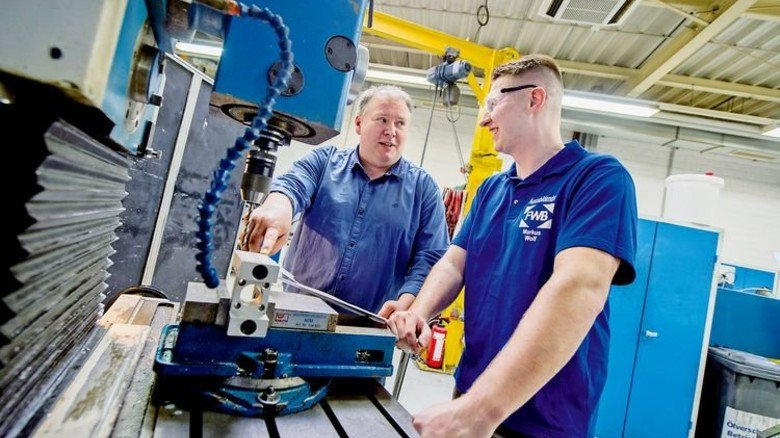 Viel Technik: Ausbildungskoordinator Dirk Bamberg erklärt Wolf eine Fräsmaschine. Foto: Straßmeier