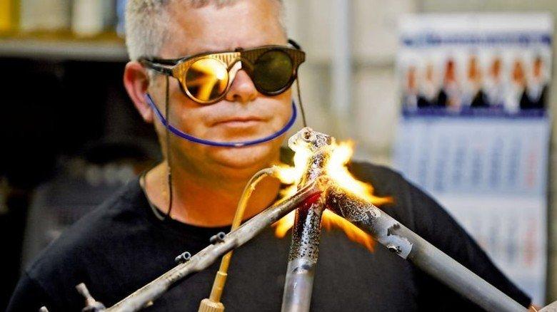 Klassisch gelötet und gemufft: Produktion von Stahlrahmen bei Patria. Foto: Werk