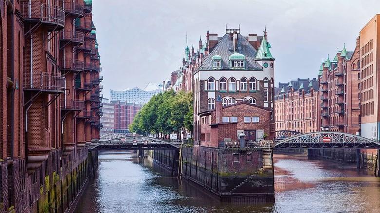 Backsteinarchitektur: Die Hamburger Speicherstadt (vorn das Wasserschloss) ist ein Juwel. Foto: Escape Filmproduktion