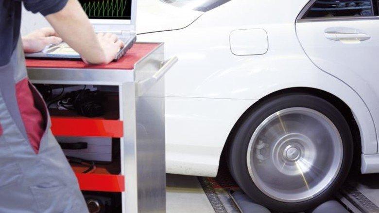 Verbrennungsmotoren im Blick: Forscherin Marlene Wentsch beschäftigte sich mit der Frage, wie sie noch sauberer werden können. Foto: AdobeStock