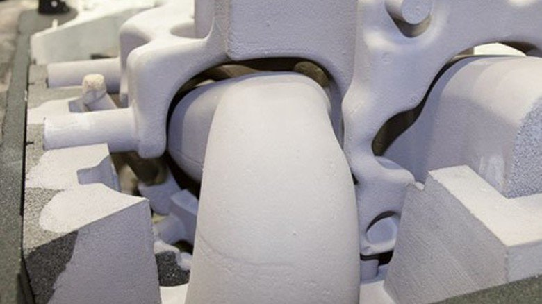… Formenbauer Thomas Bargmann setzt die Einzelteile einer Gussform zusammen, … Foto: Mischke