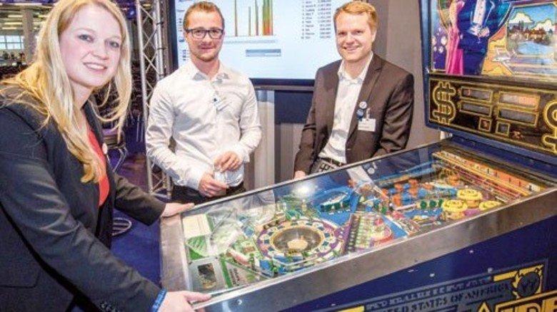 Datenmuster erkennen: Das demonstriert Alexander Thamm (Mitte) beim Flipperspiel. Foto: Bodmer