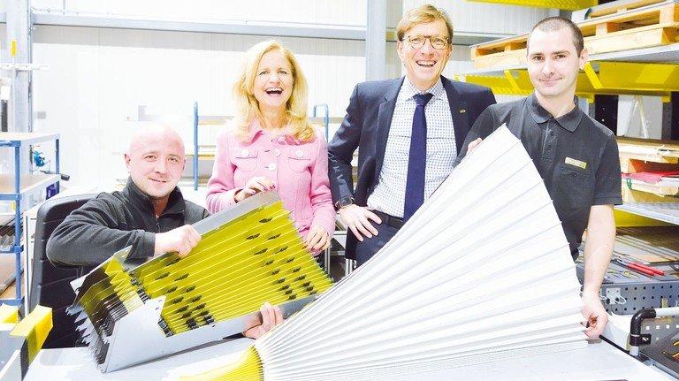 Pflegen den Kontakt zum Team: Simone Weinmann-Mang und Wolf Matthias Mang in der Produktion mit den Mitarbeitern  Alexander Fleer (links) und Eduard Voss.