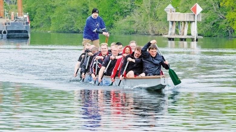 Kampfgeist: Markus Janßen (Zweiter von rechts) hat das erste Drachenboot-Team von Huf auf die Beine gestellt. Foto: Roth