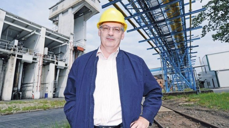 Karriere: Frank Weidemann ist seit 1986 im Betrieb, der Hydrierturm 55 Jahre länger. Foto: Sturm