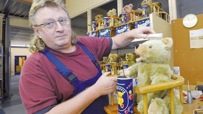 Legendär: Der Pustefix-Teddy, hier montiert ihn Alexander Kiling. Foto: Sigwart