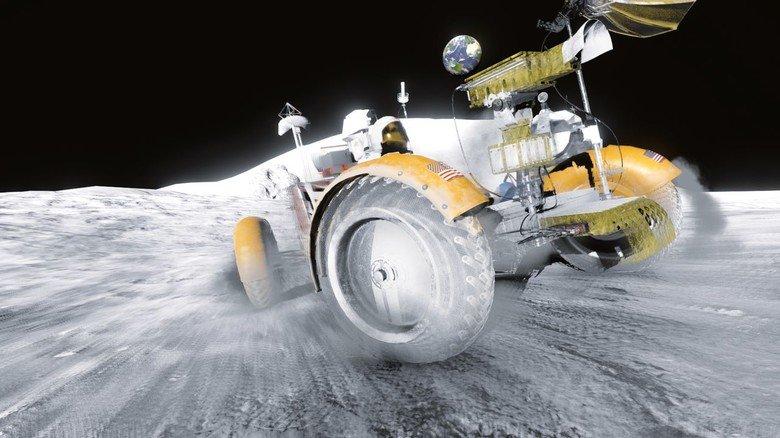 Volle Fahrt voraus: In einer Simulation steuert ein Besucher im Deutschen Museum in München mit dem Rover über den Mond.