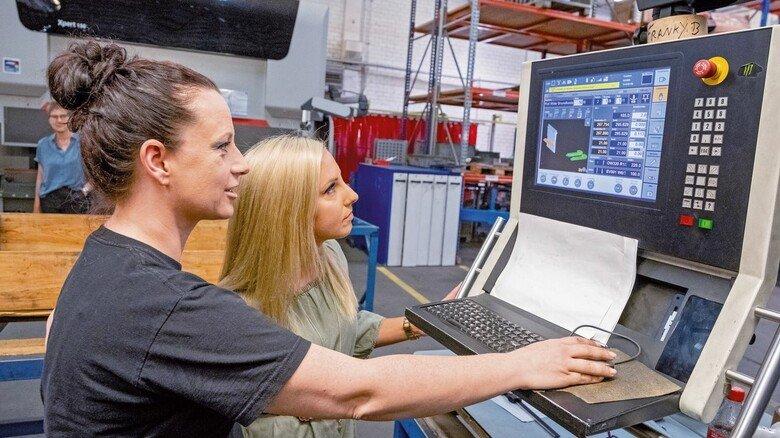 Flexible Arbeitszeiten: Auch Industriemechanikerin Nadine Grunert (links) profitiert wie Helen Glod von der Familienfreundlichkeit des Unternehmens.