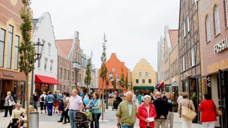Entspannt shoppen: Im FOC Ochtrup schlendern Kunden an Giebeldächern und klassischen Fachwerkhäusern vorbei. Foto: dpa