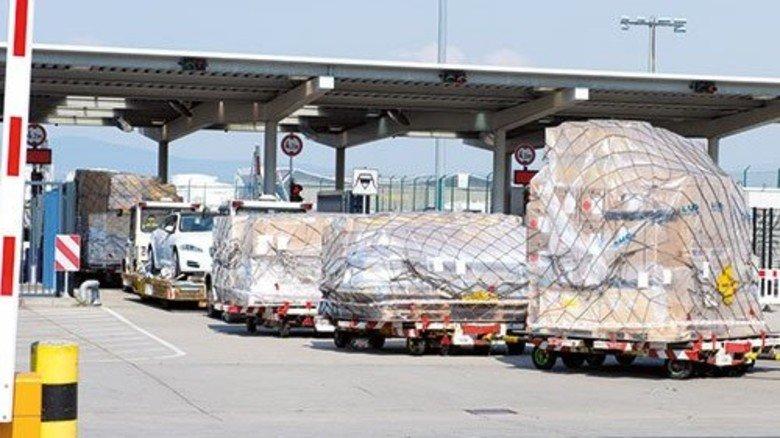 Wie ein Grenzübergang: Erst nach dem Scan darf der Transport zum Flieger. Foto: Strassmeier