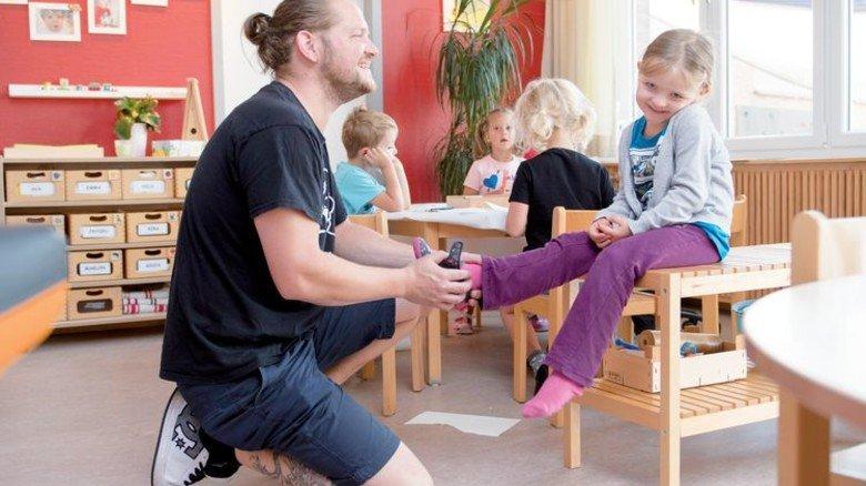 Kinderbetreuung bei  Schmidt+Clemens: Sebastian Baltruschat mit seiner Milla. Foto: Moll