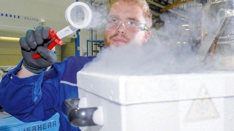 Vormontage: Niklas Werner kühlt Bauteile mit flüssigem Stickstoff.  Foto: Puchner