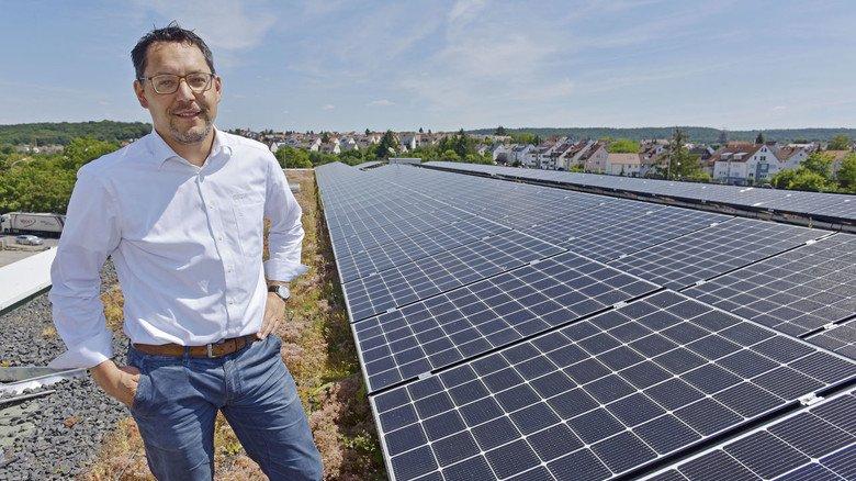 Auf dem Dach des Unternehmens: Photovoltaik-Experte Stefan Knapp ist stolz auf das raffinierte Befestigungssystem der Module.