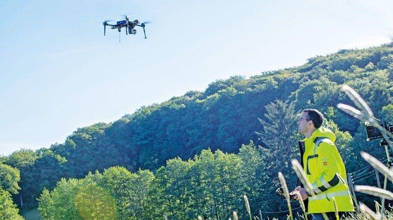 Im Einsatz: Per Drohne spürt Ulrich Brücher Rehkitze auf. Hauptberuflich ist er Entwickler beim Bohrmaschinenproduzenten Flott.